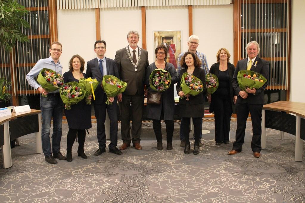 Vertrekkende raadsleden met Roland van Schelven en griffier Heleen Hofland
