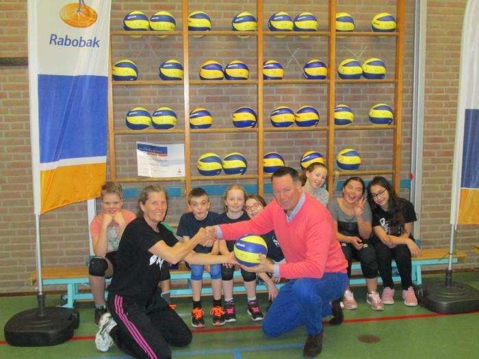 overdracht mini-ballen door Richard Lengers (RABO) aan voorzitter jeugdcommissie Hellen van Bergen. R.Ferwerda © BDU media