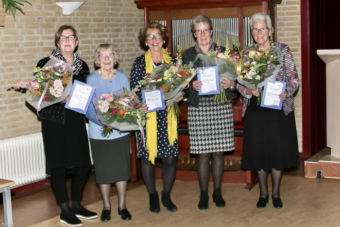 v.l.n.r. Janny de Groot, Ans Priester, Ria Cozijnsen, Mieneke Blokhuis en Riet Kouwenhoven. Niet op de foto: Annie Reitsma.