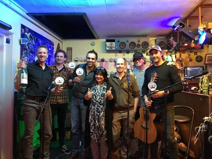 Van Rooster met organisatoren Ruben Wijkhuise van Scouting  Brigitta en Bianca Linders van Happy Huiskamer Concert
