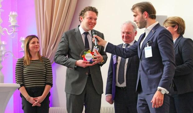 Lodewijk van Grootel neemt namens Postillion Hotel Utrecht Bunnik de award in ontvangst.