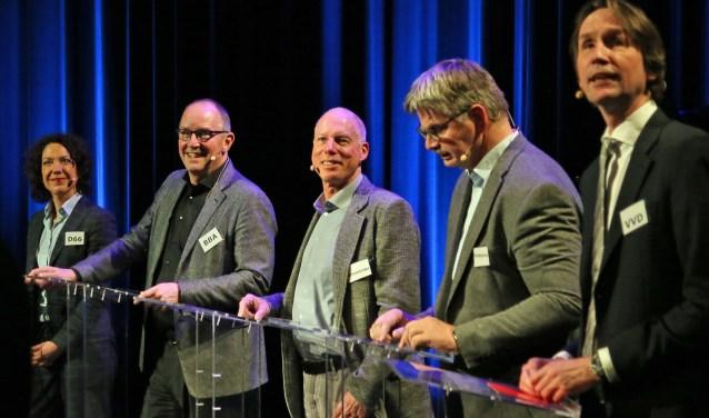 Vlnr: Maaike Veeningen (D66), Peter Bot (BBA), Martin Kortekaas (GrL), Bert de Pijper (CU) en Herbert Raat (VVD).