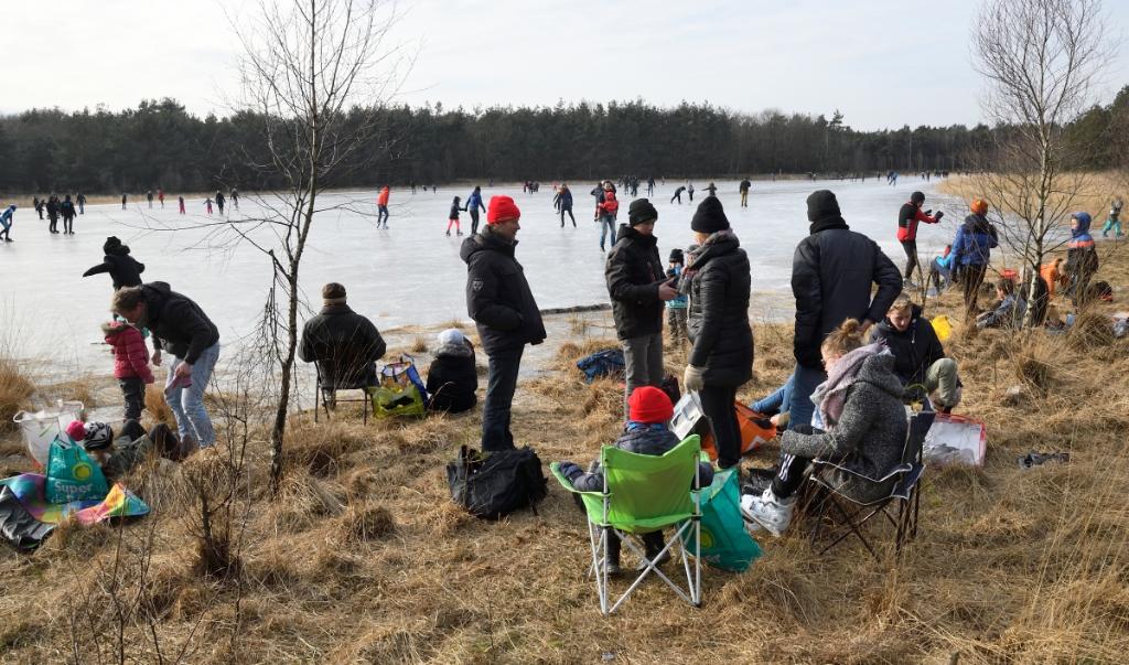 <p>Archieffoto van schaatsplezier op het bosmeertje Loofles bij Kootwijk. Het ijs is echter nu nog gevaarlijk dun, zo ondervond een 75-jarige Wekerommer woensdag.</p>