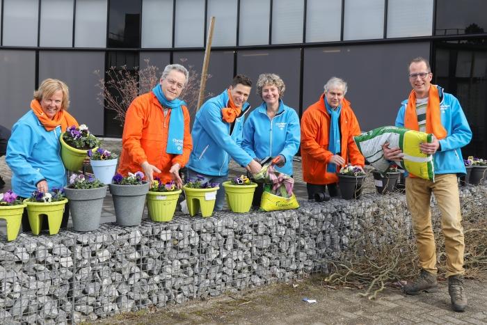 De kandidaten van de ChristenUnie – SGP steken de handen uit de mouwen bij De Rozelaar Arjen Gerritsma, Graphic Sound © BDU Media