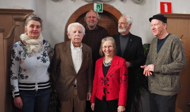 In het midden Johanna Steen tussen de kunstenaars, de gastcurator en de gastspreker Jaap Ploos van Amstel.