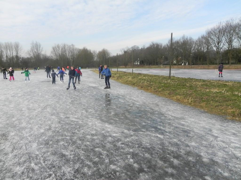 Sommige jongens zochten wat extra spanning door vlak langs dit wak te schaatsen.                       Richard Thoolen © BDU media