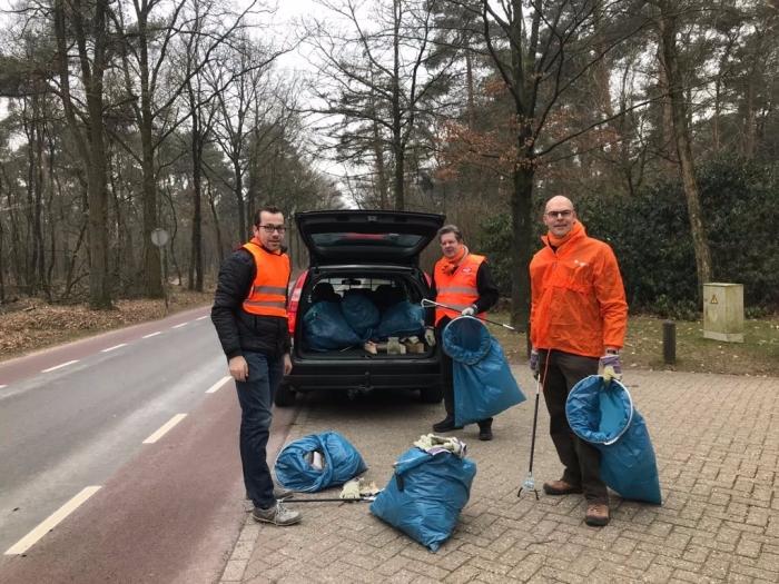 Gijsbert, Gert-Jan en Gerrit ruimen zwerfafval op in Overberg