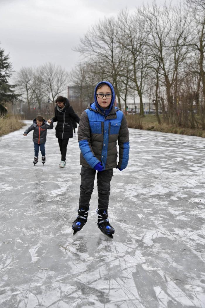Edgard voor het eerst op de schaats Willem ten Veldhuys © BDU media