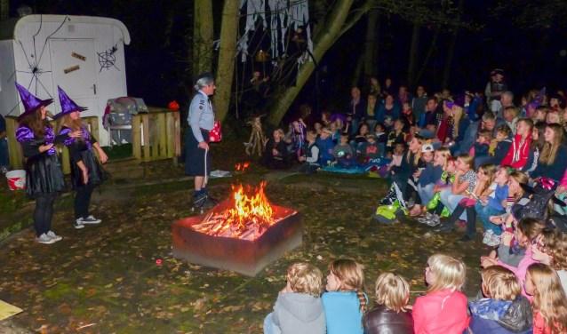 Wie helpt de scouts van Bos en duin met het opknappen van de kampvuurkuil?