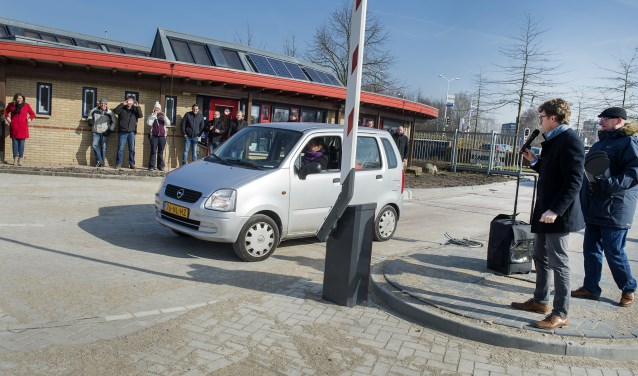 Jacqueline Hofmeijer stond om 12 uur voor de poort om als eerste de nieuwe milieustraat te gebruiken.