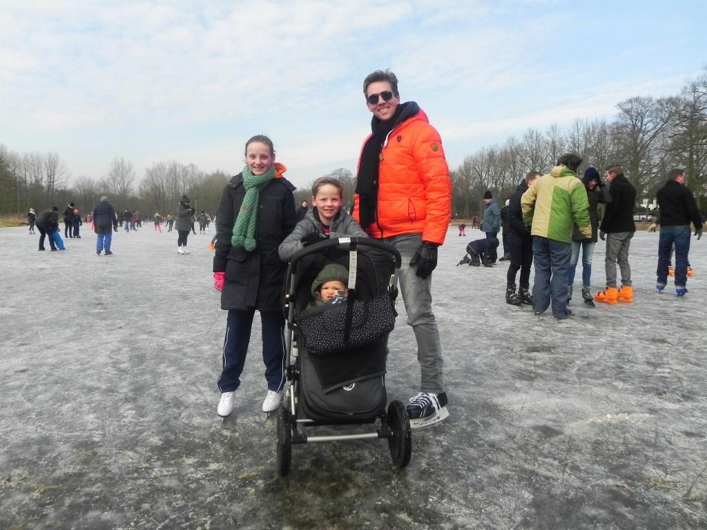 Yvar met dochter Merel en zoon Benjamin genieten van het ijs.                                Richard Thoolen © BDU media