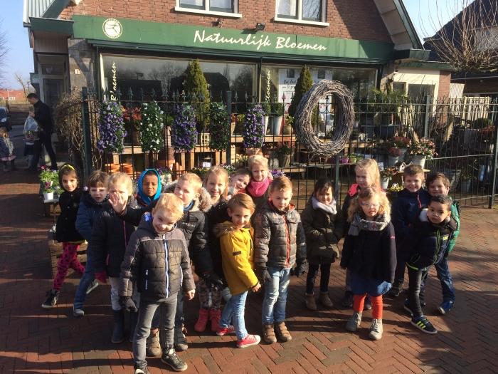 """Kleuters Julianaschool brengen bezoek aan aan Bloemenwinkel """"Natuurlijk Bloemen""""."""