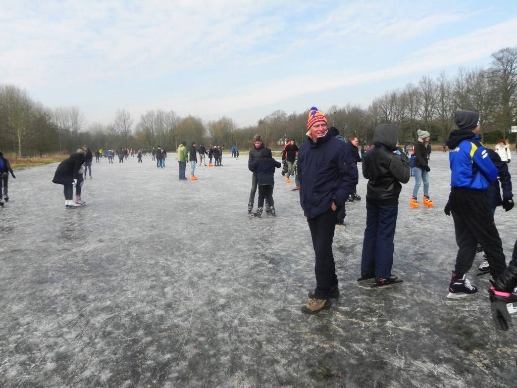 Anton Peek wordt blij van al die schaatsende mensen.                             Richard Thoolen © BDU media