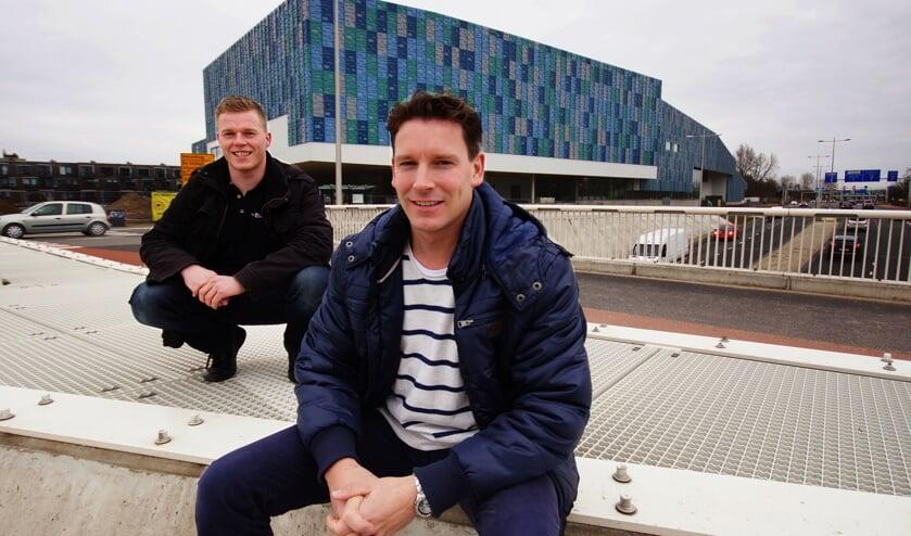 Jasper Wolsing (L) en Eric Spithoven voor het nieuwe sportcomplex Amerena in het Hogekwartier.