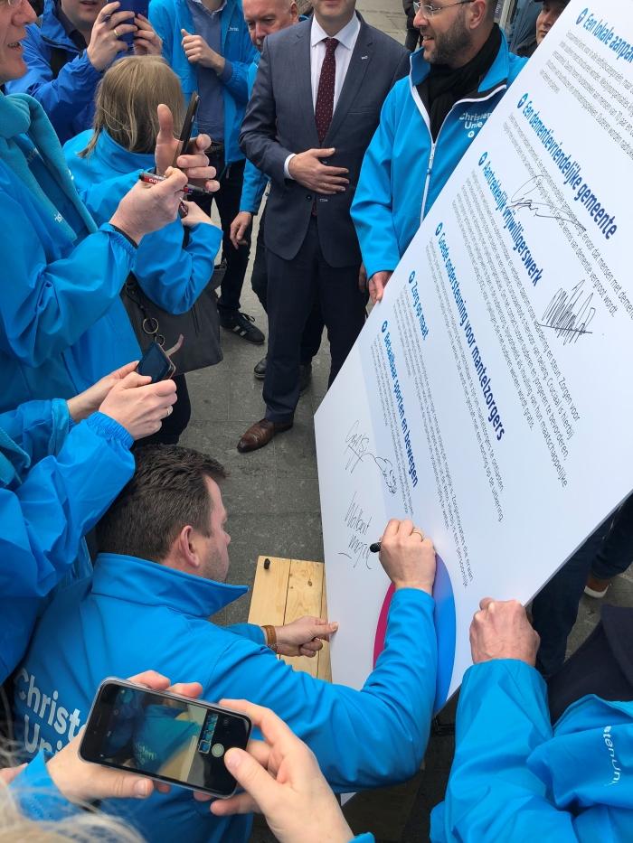 Fractievoorzitter Lubbert van den Heuvel tekent het manifest Waardig ouder worden
