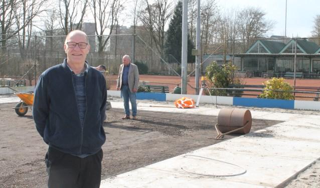 Voorzitter Wiek van Gelder bij de padelbaan. Die is nu klaar voor gebruik.