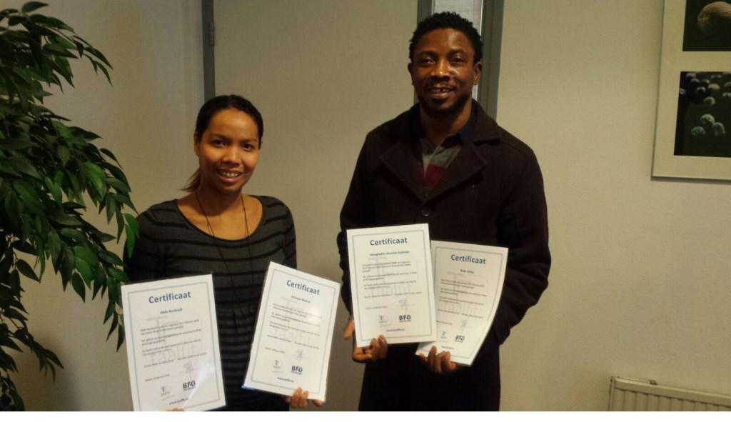 Enkele medewerkers met hun certificaat. Op de ene foto staat ook een van de twee docenten, Marjon van Dalen, die de lessen op beide bedrijven verzorgen.