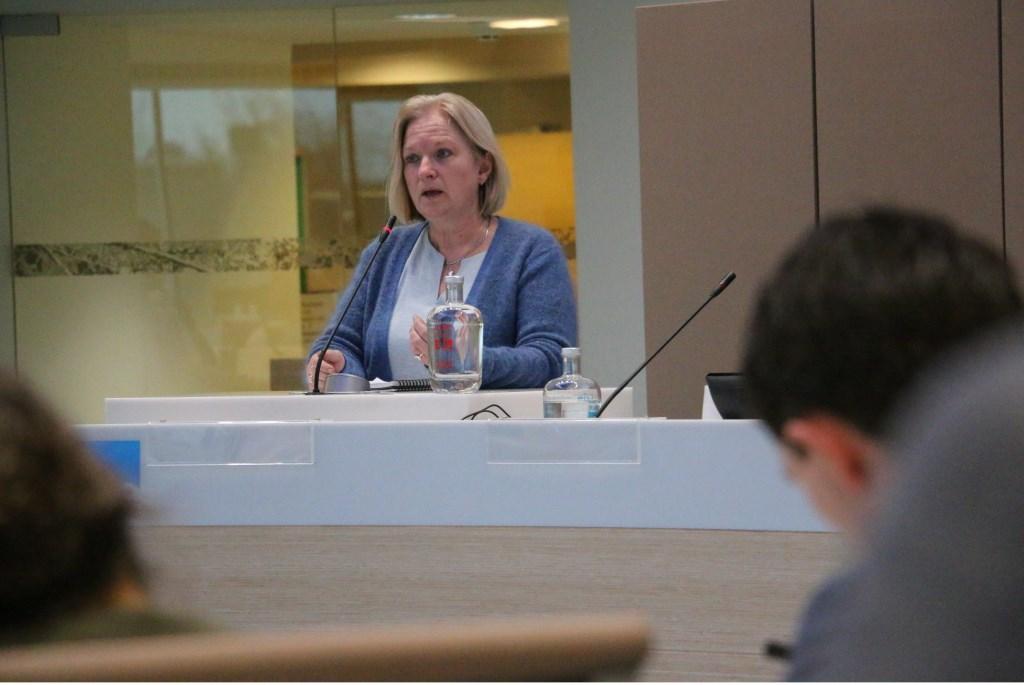 Ellen Out van GroenLinks tijdens haar betoog in de raadzaal. Freek Wolff © BDU Media
