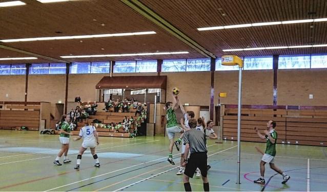 Een korfbalwedstrijd in sporthal Steinheim.