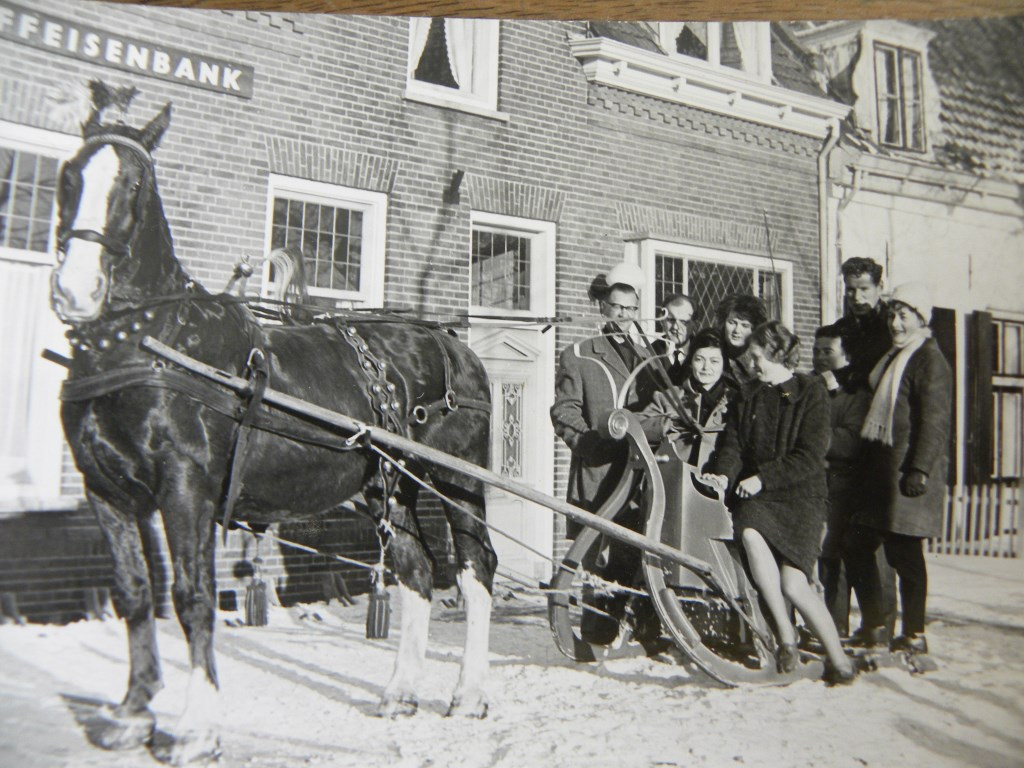 Met de arrenslee naar het dorp (1963) Familiearchief Sturkenboom                     © BDU media