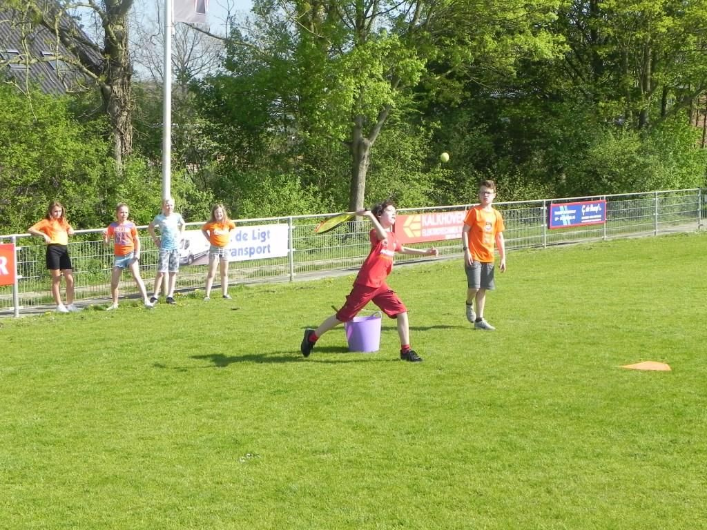 Mees slaat de bal hard weg.                                Richard Thoolen © BDU media
