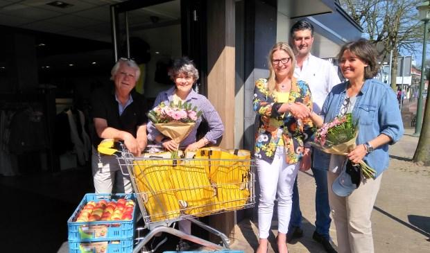 De dankbare ontvangers Reinier van Kuyk en Ira Appel van de Voedselbank, organisatoren Ruth en Gert-Jan van Veldhuizen en de gulle winnares Femke van Rossum met de volle winkelkar en extra appels na de 1-minuutrace.