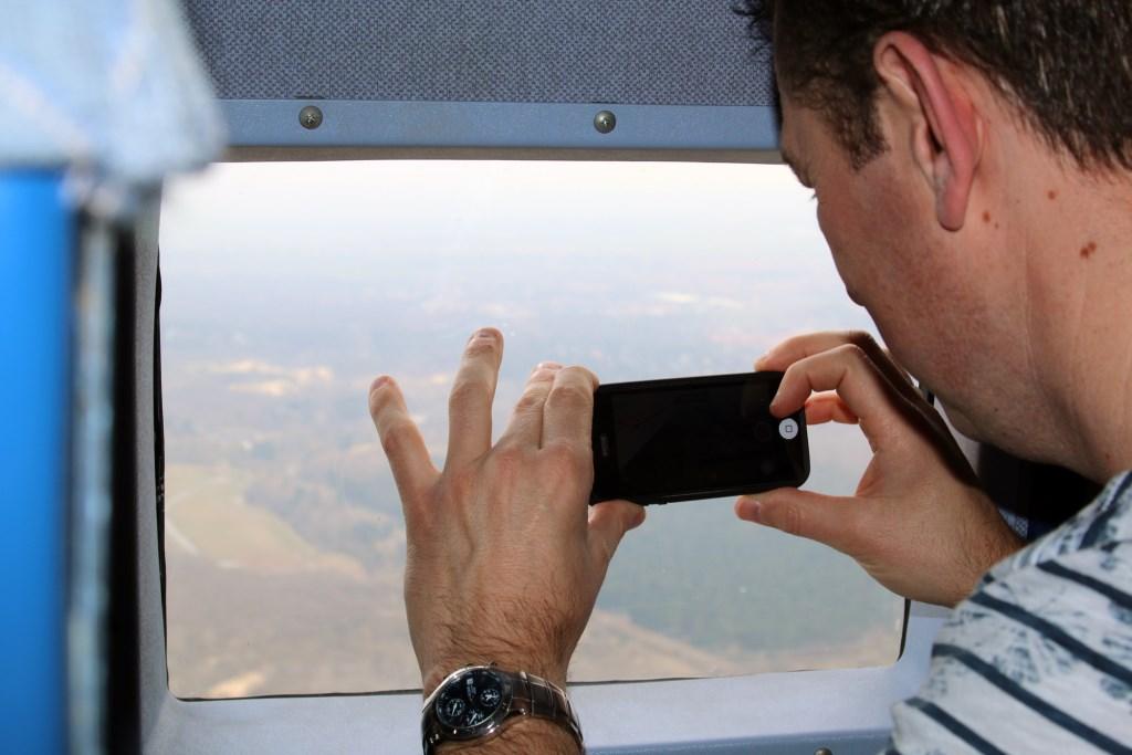Deelnemers aan de vlucht maakten ijverig foto's door de vierkante ramen. René de Leeuw © BDU media