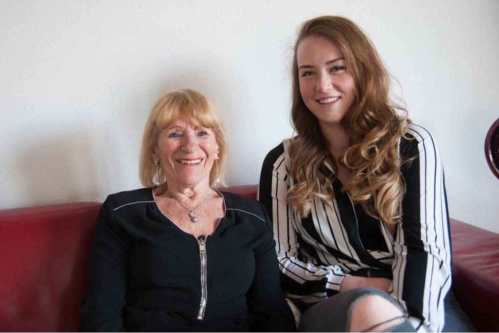 Mevrouw Loes Klinkert is ontzettend blij met de hulp die ze krijgt van de 21-jarige Julie Vonk.