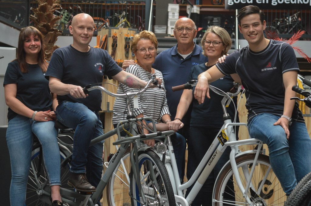 Drie generaties: Christel Veenendaal, Wim Veenendaal, Wil en Berend Veenendaal, Bernadette van Laar-Veenendaal en Lars van der Weele. (Foto: M. van Ravensberg)