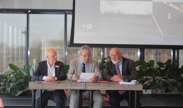 Ondertekening akte van oprichting door secretaris Koos Berghuis (Certicon), notaris Palko Benedek (Van Putten Van Apeldoorn Notarissen) en voorzitter Jan van Santen (Mondial Waaijenberg Groep).