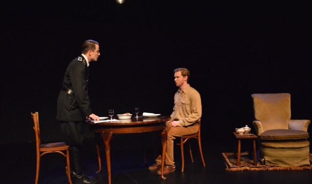 Kevin van den Berg (l) en Jasper Rottier spelen 'Diner voor drie'.