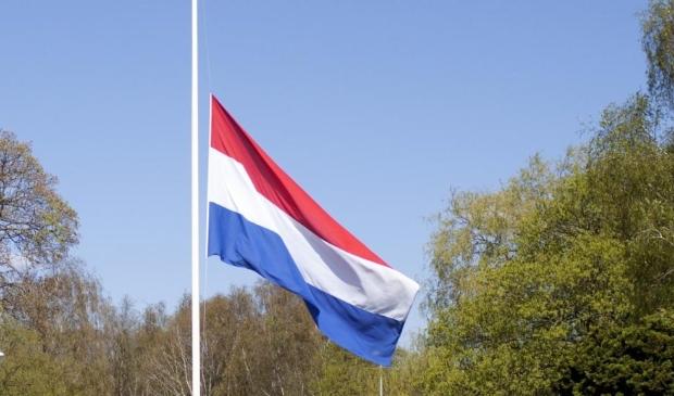 De vlaginstructie is in dit coronajaar aangepast. Het Nationaal Comité 4 en 5 mei vraagt iedereen de hele maandag de vlag halfstok te hangen, in plaats pas om 18.00 uur.