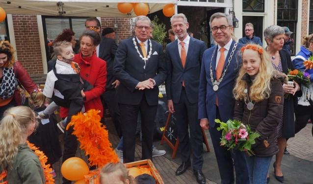 De vier burgemeesters met de winnaars van de categorie groepen: de burgemeesters