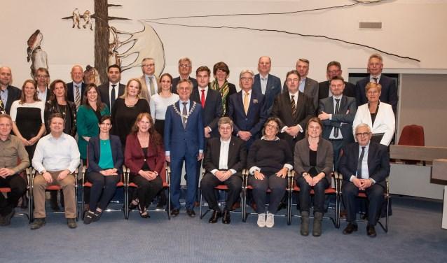 De nieuwe gemeenteraad met burgemeester Rob Metz. Het aantal vrouwen in het politieke bestuur is toegenomen tot 12. De mannen zijn met 17 in de meerderheid.