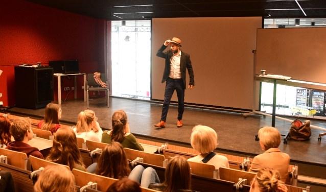 Daan Speelman kwam voor een Collegetour op het Corlaer College langs.