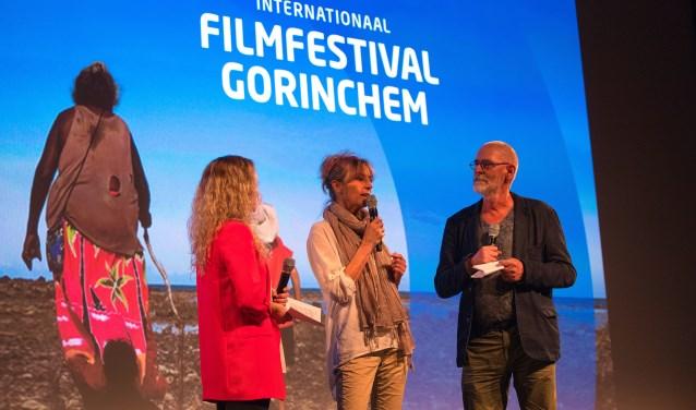 Laura van Horik (links) en Jos Huibers (rechts) in gesprek met 'Juf Kiet', een van de gastsprekers van vorig jaar