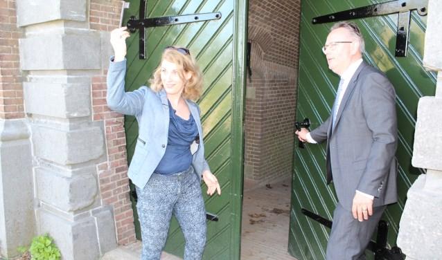 Mariëtte Pennarts en Herman Geerdes openen het gerenoveerde poortgebouw van Fort Honswijk
