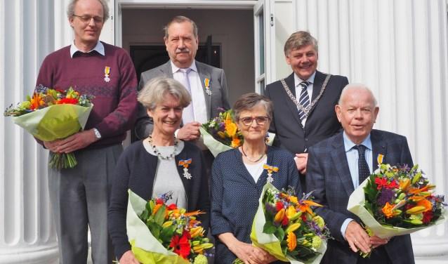 De gedecoreerden samen met burgemeester Roest op het bordes van het gemeentehuis