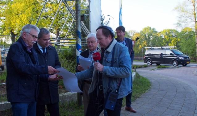 Gedeputeerde Dennis Straat (tweede van links) in gesprek met voorstanders van een fietstunnel.