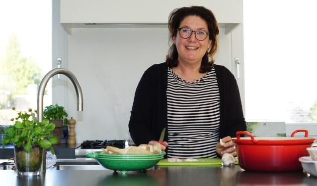 Marion in haar domein: de keuken waar elke dinsdag en donderdag maaltijden worden bereid.