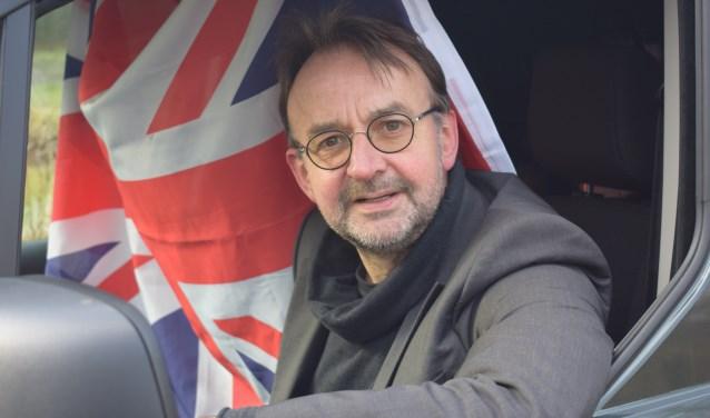 John Spijkerman achter het stuur van zijn mobiele huis, waarin hij door het Verenigd Koninkrijk gaat reizen om de menselijke verhalen achter de Brexit op te lepelen. Christine Schut © BDU media