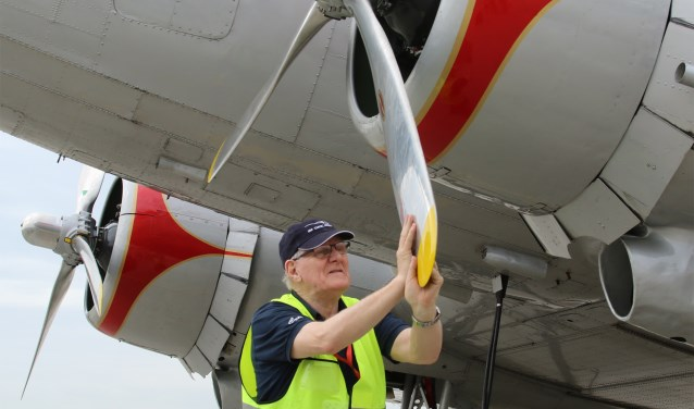 Frans Flapper controleert de propeller van de PH-PBA.