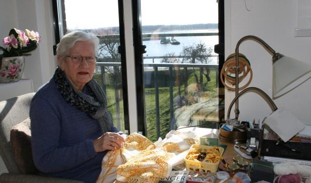 Irene Broeders werkt aan haar Hardanger-tafelkleed