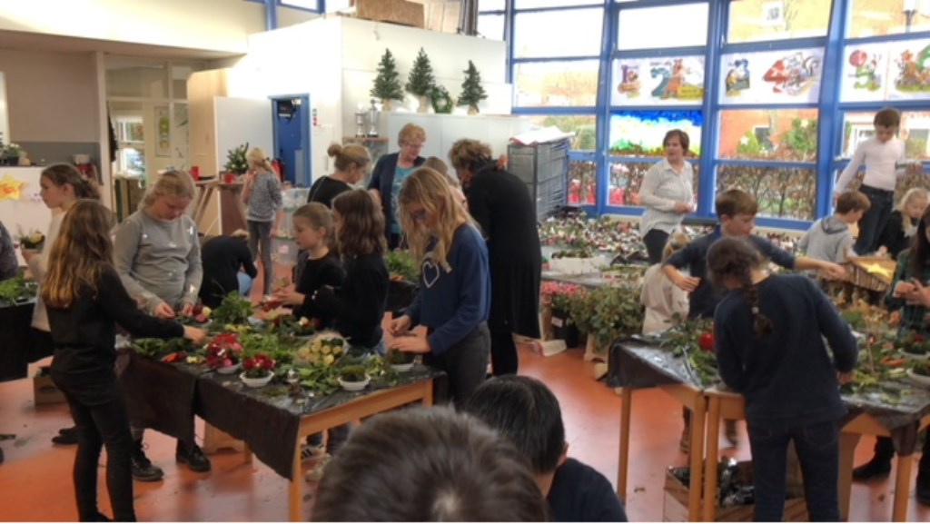 Leerlingen van een basisschool maakten kerststukjes voor ouderen in de buurt Kattenbroek v. © BDU media