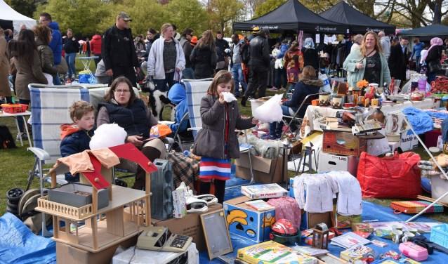 De Oranje Vrijmarkt op de Eng is altijd een trefpunt van honderden verkopers en duizenden koopjesjagers en bezoekers.