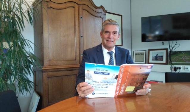 Frits Naafs met het magazine van de Oranjevereniging Doorn.