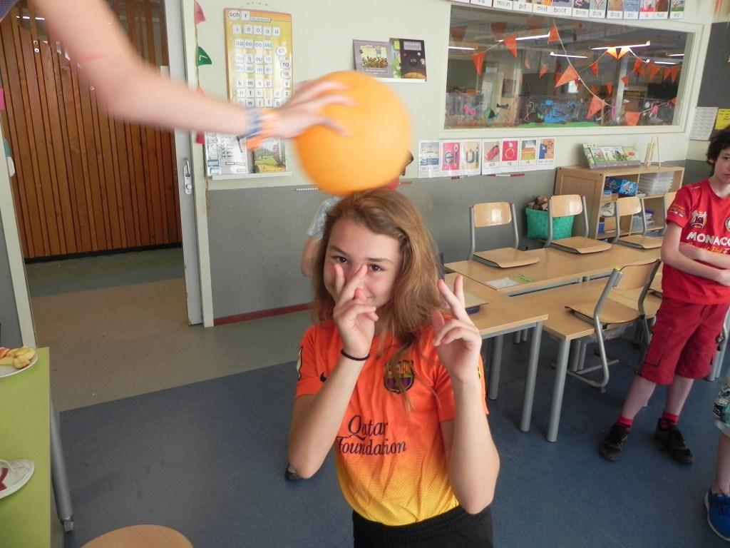 Houdt 30 seconden een ballon in de lucht zonder hem aan te raken. Wrijf hem maar over mijn haar...                              Richard Thoolen © BDU media