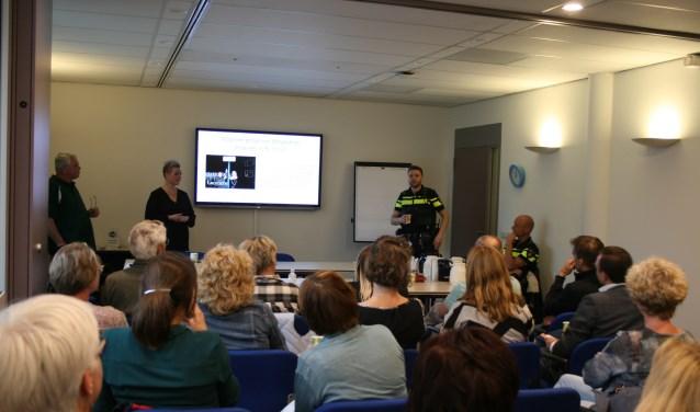 Ivar de Gier, Claudia van Dijk en de wijkagenten gaven tips over het gebruik van WhatsApp buurtpreventiegroepen.