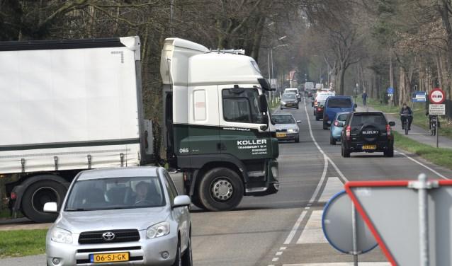Verkeersdrukte op de provinciale weg N303 tussen Putten en Voorthuizen.