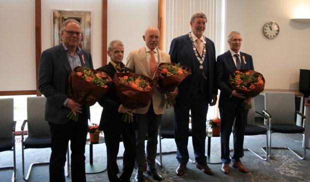 De gedecoreerden tijdens het fotomoment: (vlnr) Evert Achterberg, Sjaak Baas, Rens van den Boom, burgemeester Roland van Schelven en Wim Coenen